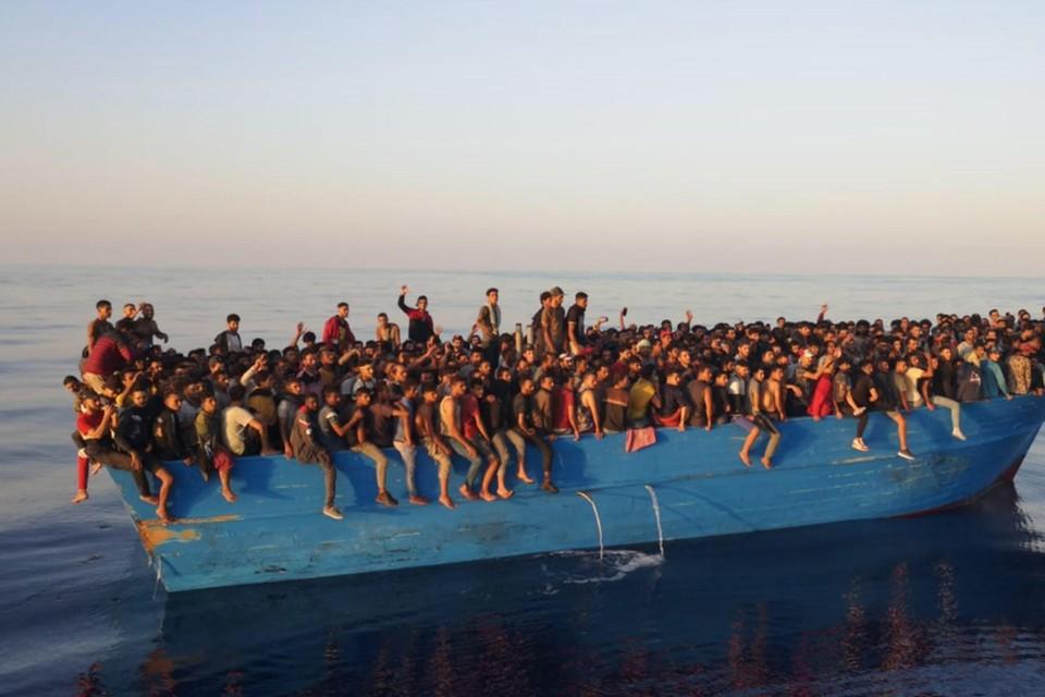 Archiefbeeld: op 28 augustus kwamen ook al zo'n 400 migranten in een oude boot aan op Lampedusa.