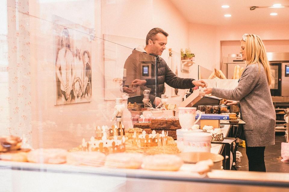 Vanessa De Weerdt bedient een van haar klanten in de bakkerij.
