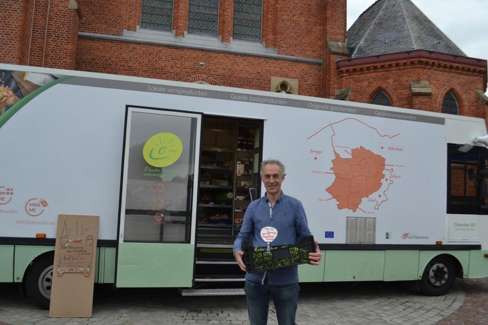 Dirk Slachmuylders staat met zijn rijdende winkel Oleander op donderdagmiddagen aan de kerk van Belzele.