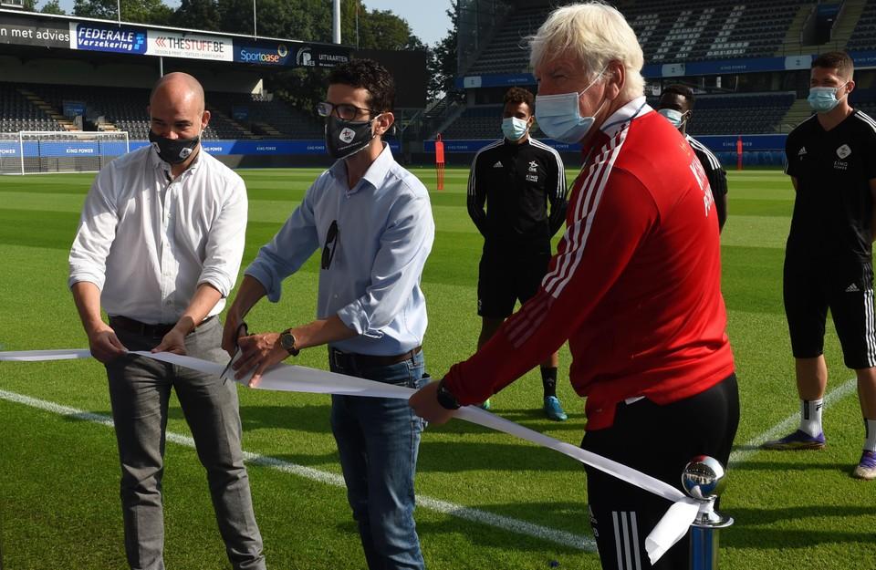 Afgelopen week werd de nieuwe grasmat plechtig ingehuldigd door burgemeester  Mohamed Ridouani (midden). Ook CEO Peter Willems (links) en Marc Brys (rechts) waren erbij.