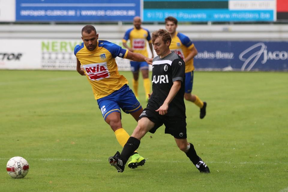 Sint-Niklaas - Zele: Daniel Rodrigo-De Oliveira, die het eerste doelpunt maakte, in duel met bezoeker Willem Loman.