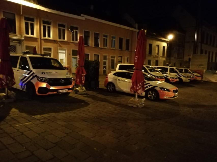 De politie was in groten getale aanwezig in de Overpoortstraat