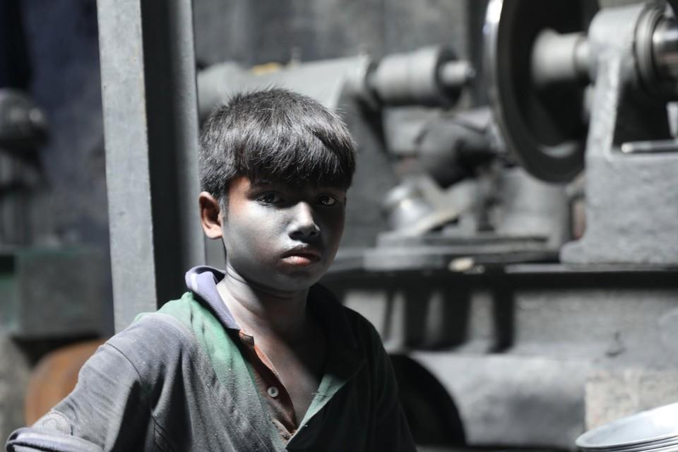 Een 13-jarige maakt zilveren potten in een fabriek in Bangladesh tijdens de coronacrisis.