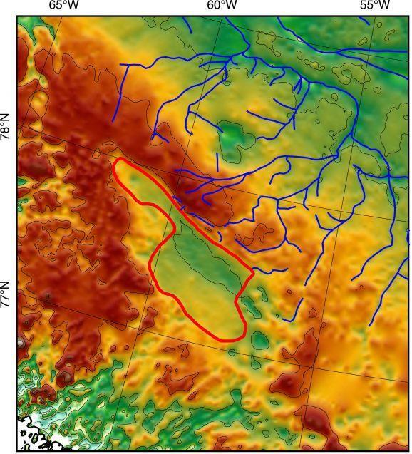 Aan de hand van geofysieke instrumenten brachten de wetenschappers een groot bassin van zo'n 7.000 vierkante kilometer (rode lijn) onder het Groenlandse ijs in kaart. Een rivieren dat ooit naar het meer leidde is te zien in blauw.