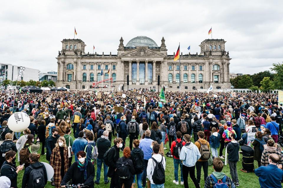 De activitisten doen hun hongerstaking aan de Duitse Reichstag, waar eerder al klimaatacties plaatsvonden.