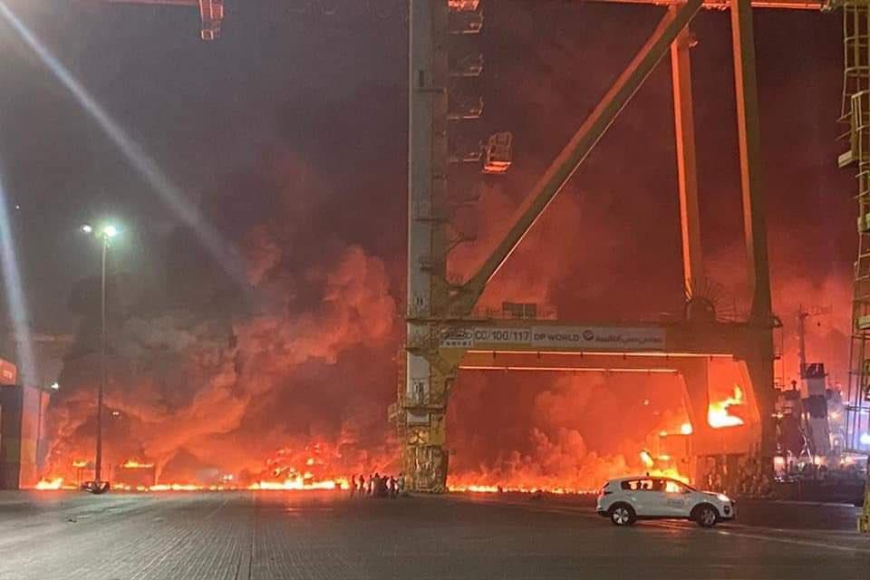 Brand in de haven van Jebel Ali.