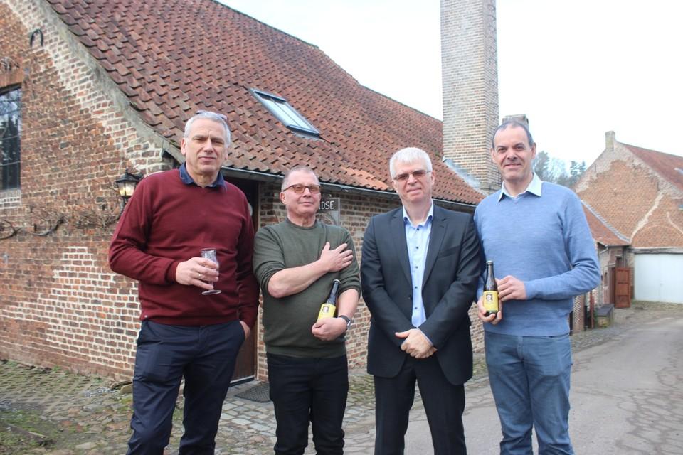Bestuursleden Piet Vansintjan, Peter Savenberg en Bert Stulens en dirigent Wim Stas met het gelegenheidsbier in de hand.