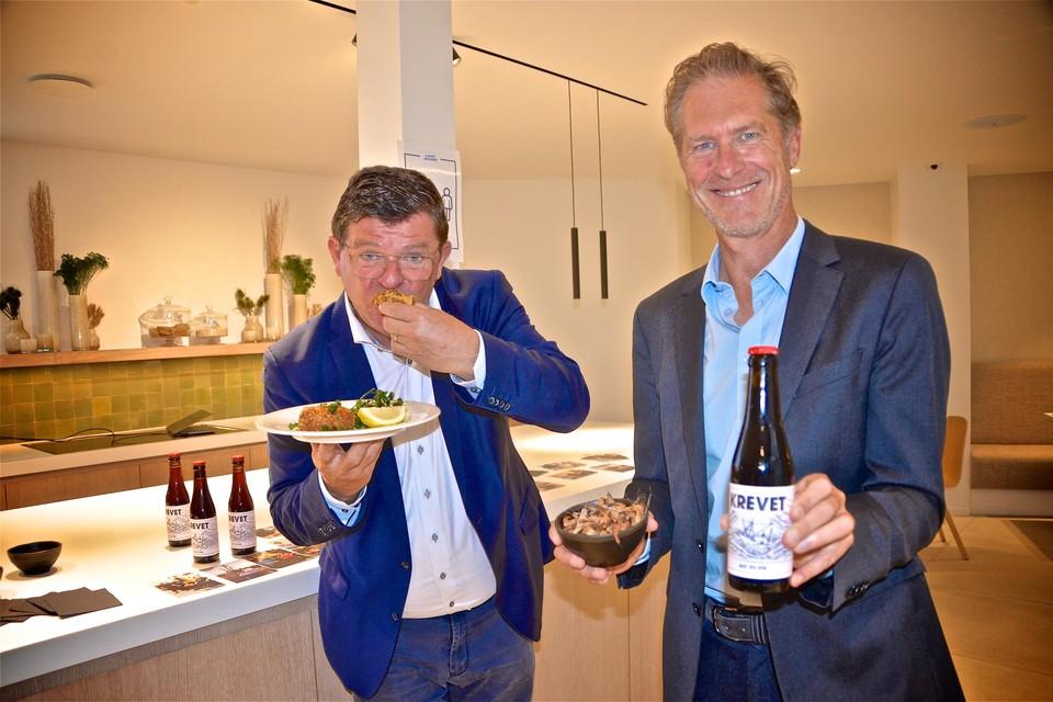 Bart Tommelein en Peter Craeymeersch roepen Oostende uit tof 'hoofdstad van de garnaalkroket'.