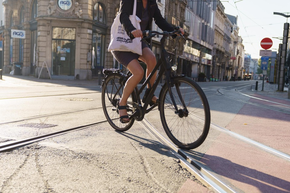 Vooral bij nat weer is sporen kruisen met de fiets een gevaarlijke onderneming.