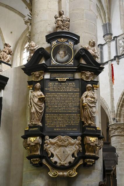 Het gerestaureerde epitaaf van de hofdames van Mary Stuart. Het hangt niet bij de tentoonstelling, maar in de kerk zelf.