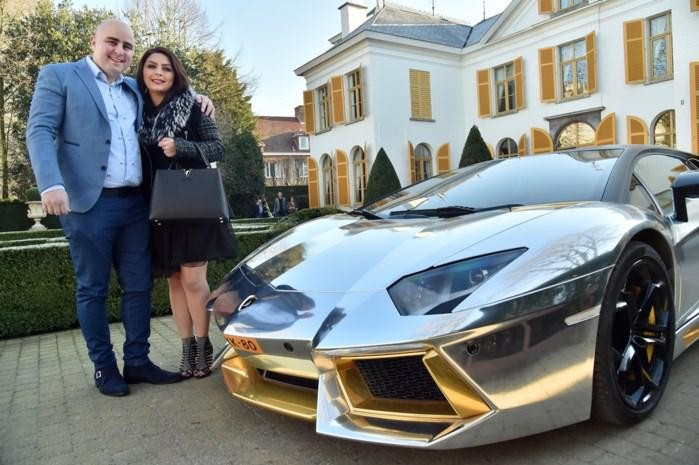 Sasan Azimi, met de gouden Lamborghini.