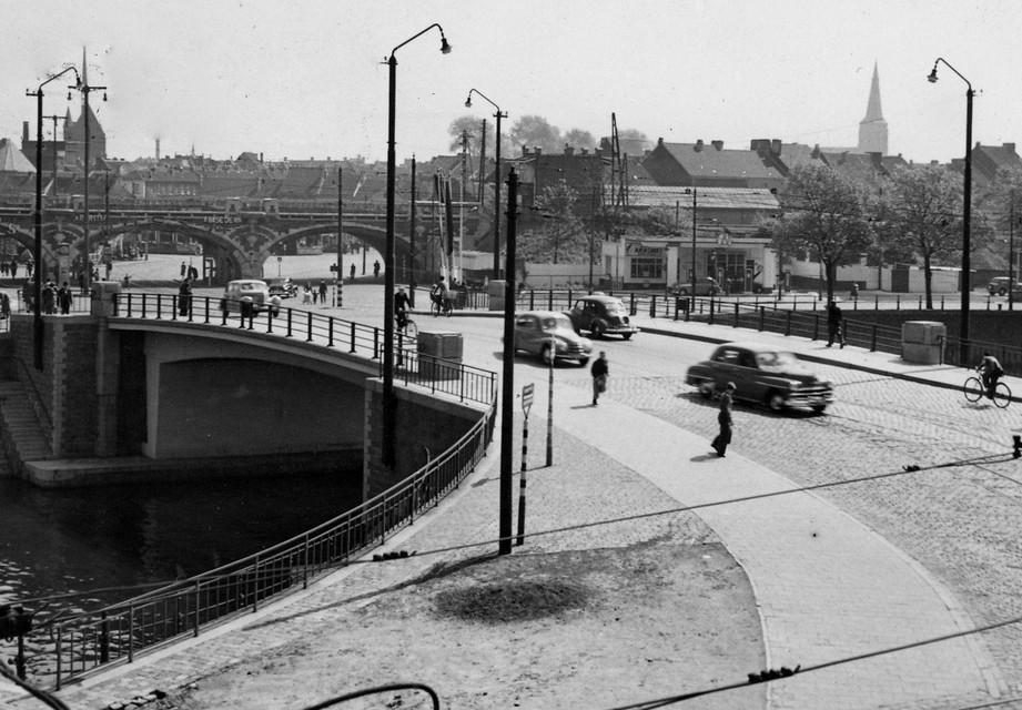 De Dampoort in 1953: toen nog een rustige toegang tot de stad ...