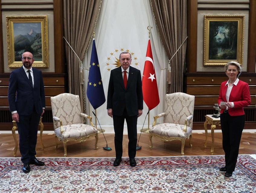 Samen op de foto: Michel, Erdogan en Von der Leyen, en maar twee stoelen.