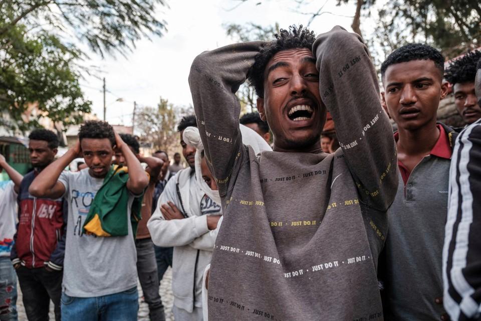 De man op de foto kijkt naar het levenloze lichaam van een tiener op het plein. Al maanden is er sprake van geweld in de regio