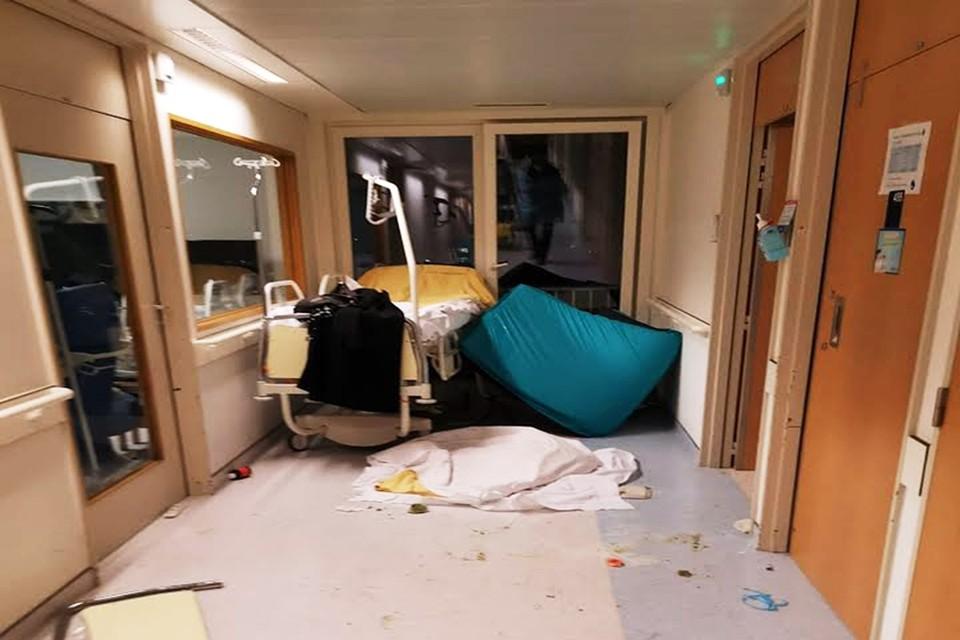 Het vernielde ziekenhuisbed na het gevecht met de politie