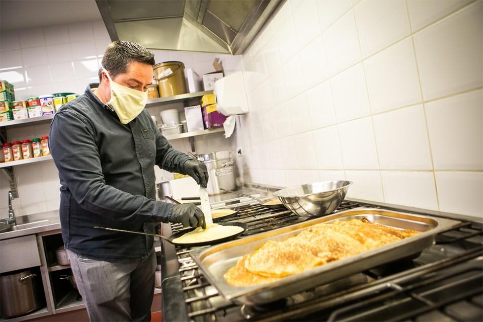 Tim Ferket van café-restaurant De Groote Witte Arend kookt nu voor dak- en thuislozen.