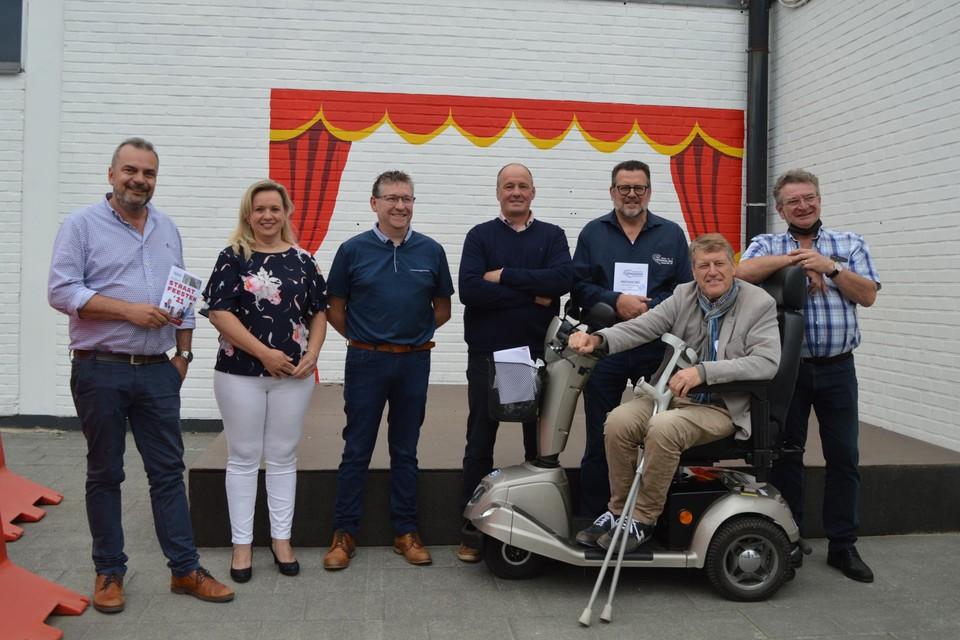 Het bestuur van vzw De Kromme Brug bij de aankondiging van de Kromme (Brug) Party.