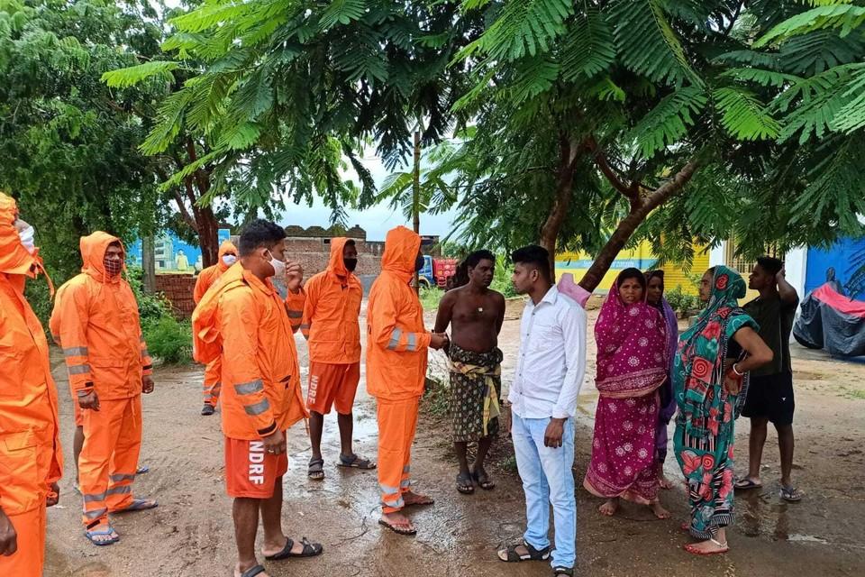 Reddingswerkers bereiden bewoners voor op wat komt en vragen hen om maatregelen te nemen om hun woningen te beschermen.