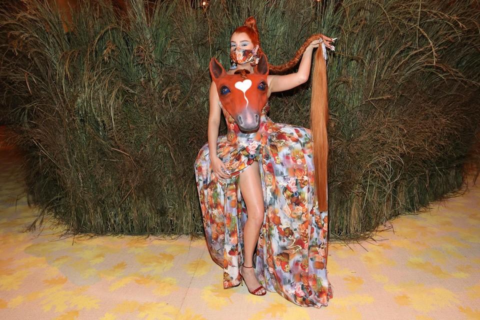 De Duitse zangeres Kim Petras interpreteerde het thema van de avond op haar manier.