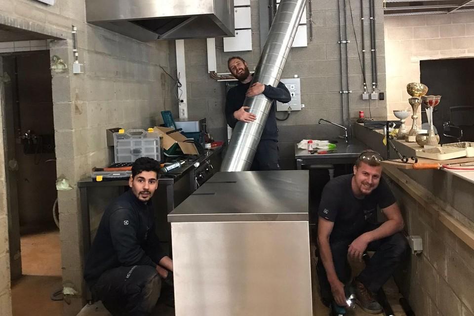 Ali, Matthias en Danny offeren een recupdag op om gratis een keuken van Van Riel Grootkeukens te plaatsen in de sporthal van Prayon.