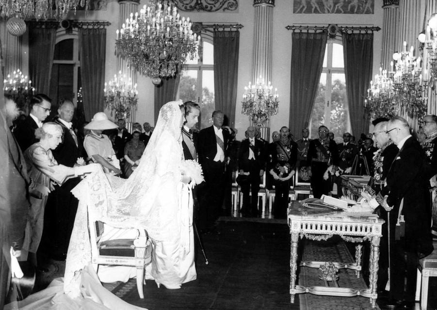 Elisabeth legt de bruidssluier van Paola goed.