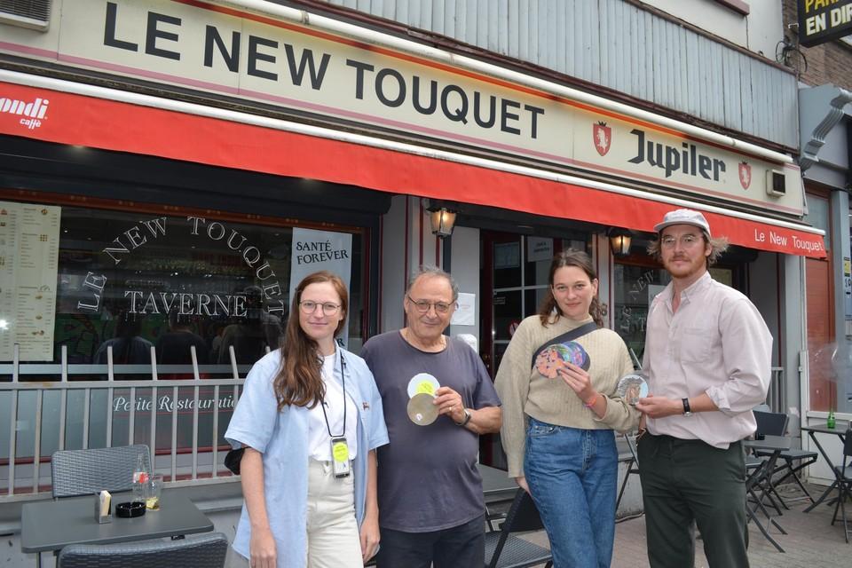 Initiatiefneemster en kunstenares Marlies De Clerck, cafébaas Michele D'Auria van Le New Touquet, kunstenares Anastasia Bay en curator van de expo Tim Wouters.