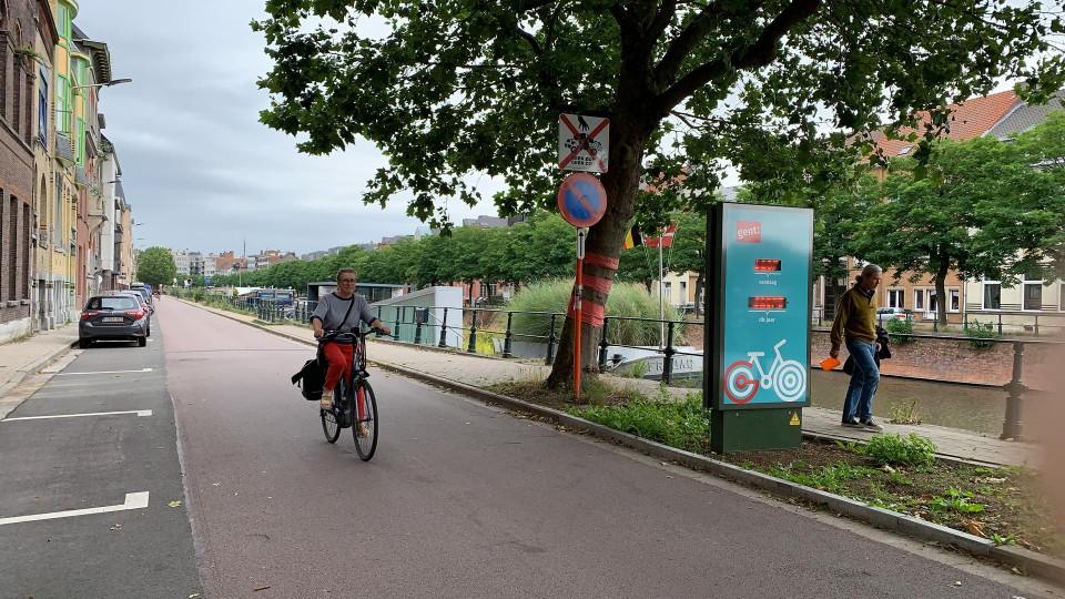 De nieuwe fietstelpaal aan de Visserij...