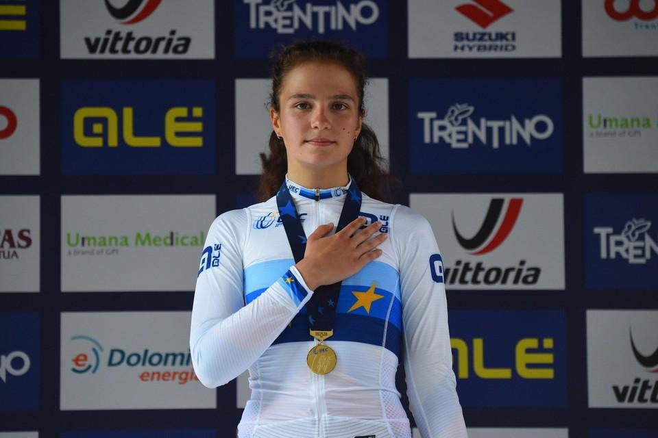 Alena Ivanchenko op het podium na haar Europese titel in Trento.