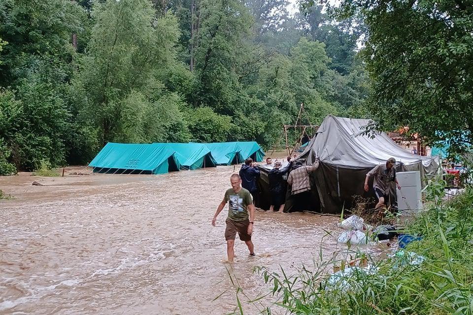 De kampsite veranderde in één grote rivier.