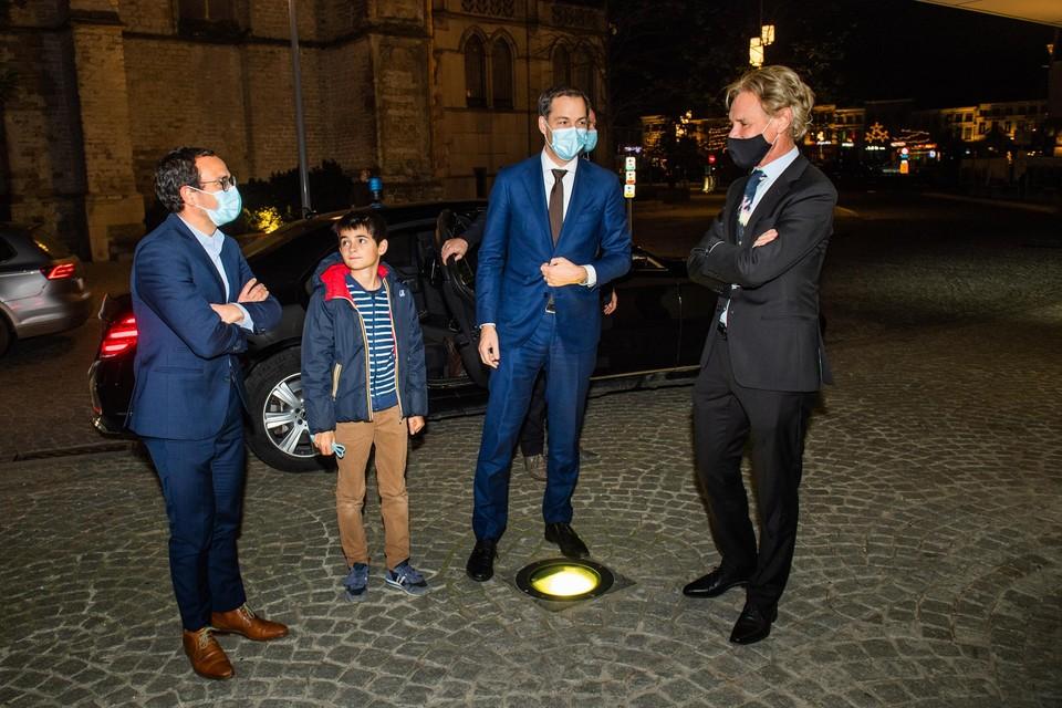 Premier De Croo ging in Brakel speciaal zoon Gabriel ophalen om mee te komen naar de Flandrien. Ook de kabinetschef wou er als wielerfan absoluut bij zijn. Zij worden begroet door Algemeen Chef Sportwereld Guy Fransen.