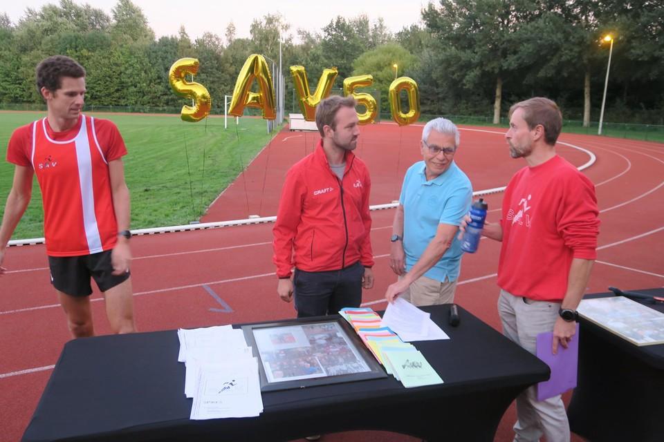 SAV-voorzitter Marc Persoons enkele bestuursleden-lopers bij de versierde Louis Wouters Piste.