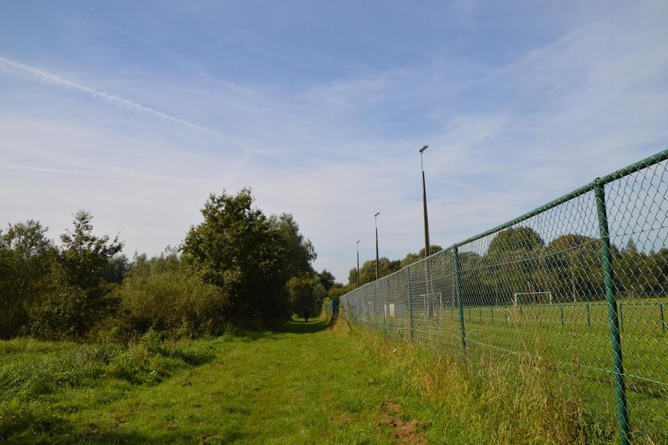 Het reservaat waar het zomerklokje bloeit en dat afgegraven moet worden ligt hier links, rechts het B-terrein van K Racing Emblem.