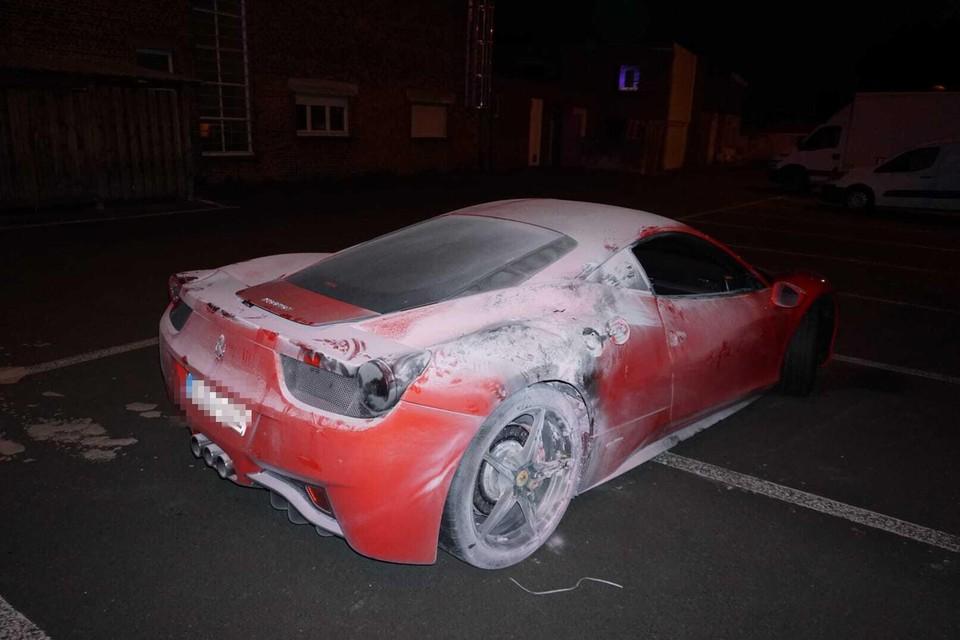De Ferrari 458 Italia werd geblust door de eigenaar en een aantal voorbijgangers.