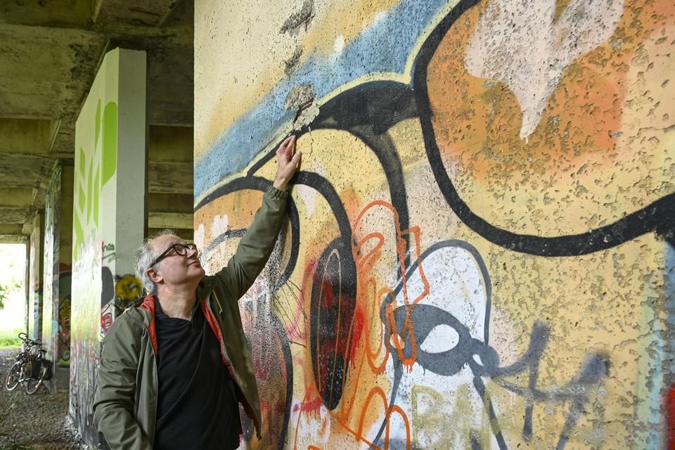 Bruggenexpert Johan Blom inspecteert de Posthofbrug.