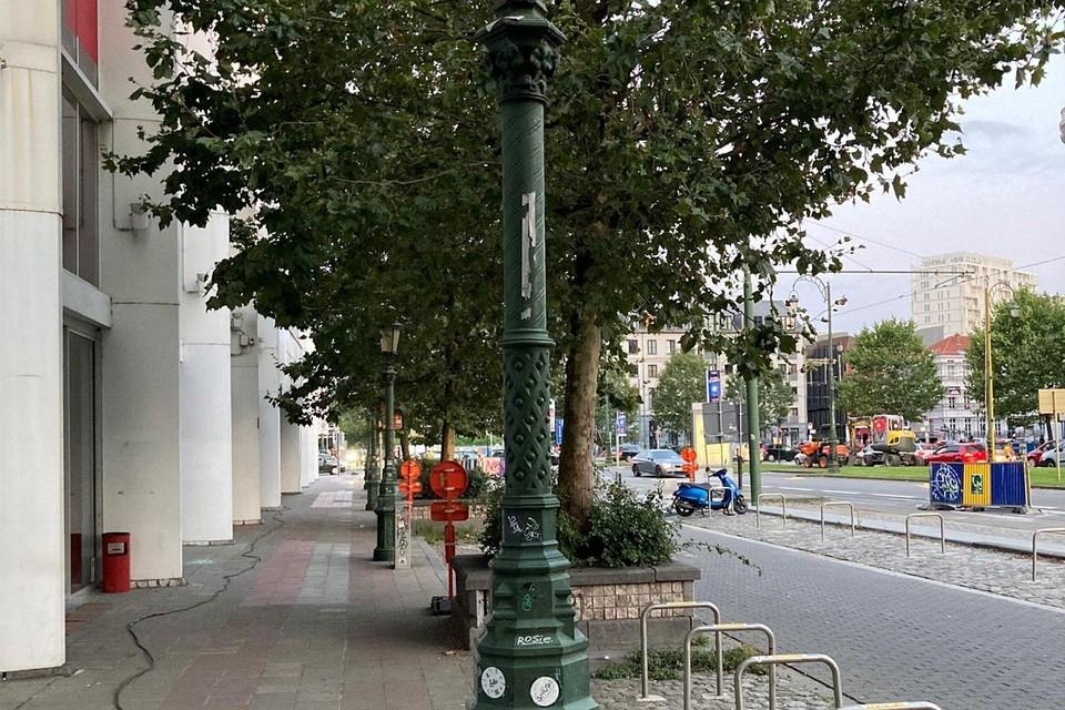 De kap van de lantaarn (zoals op de paal achteraan) werd verwijderd.