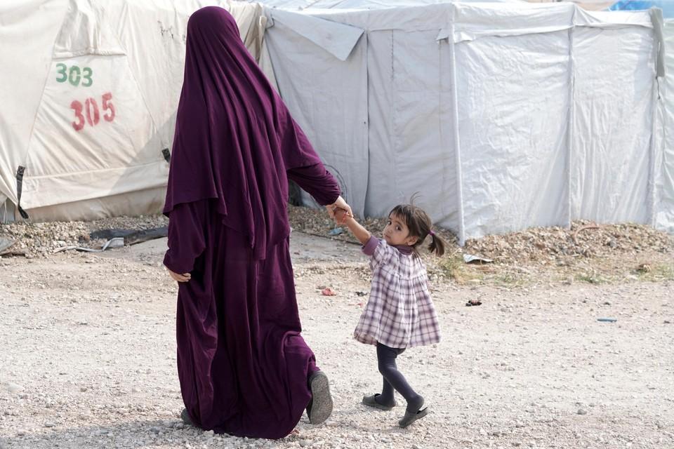 Een moeder met haar kind in een van de Koerdische detentiekampen.