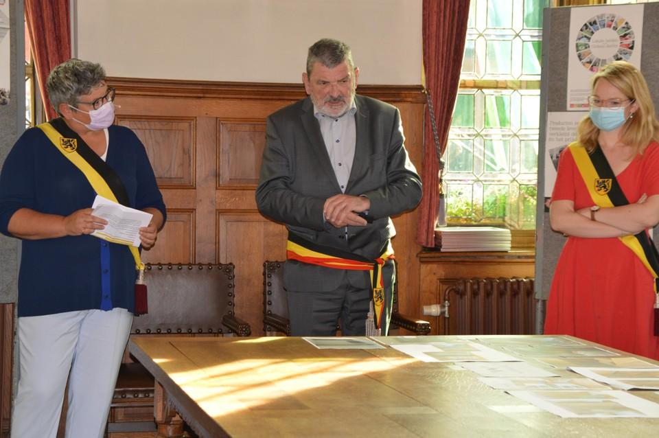 Schepen Joris, burgemeester Hendrickx en schepen Van Looy verwelkomen de helden.