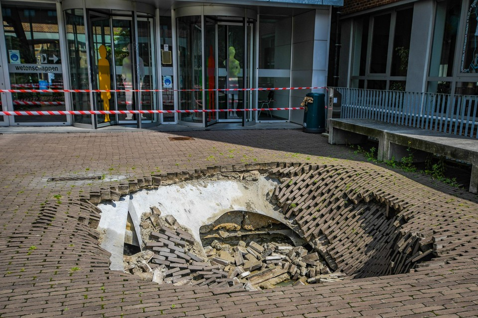 Over een oppervlakte van minstens 3 op 3 meter zakte de grond in.