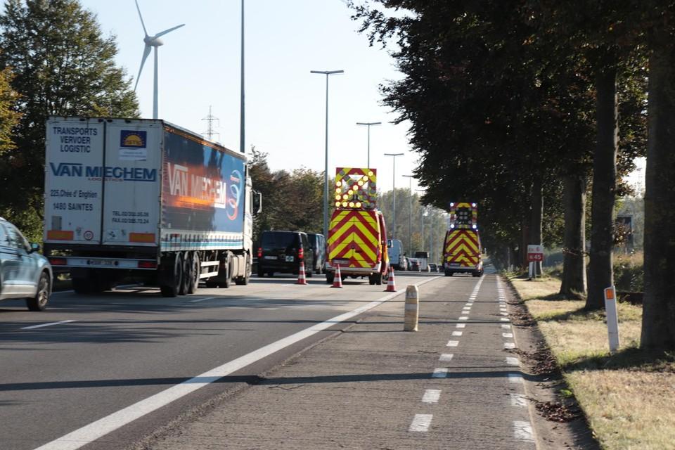 De brandweer moest de glasscherven op de Expresweg opkuisen.