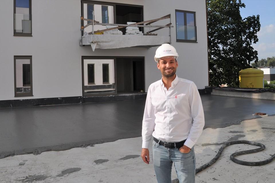 Matthieu Michiels van Hestor toont de nieuwe appartementen van 'Plein' op de achtergrond.