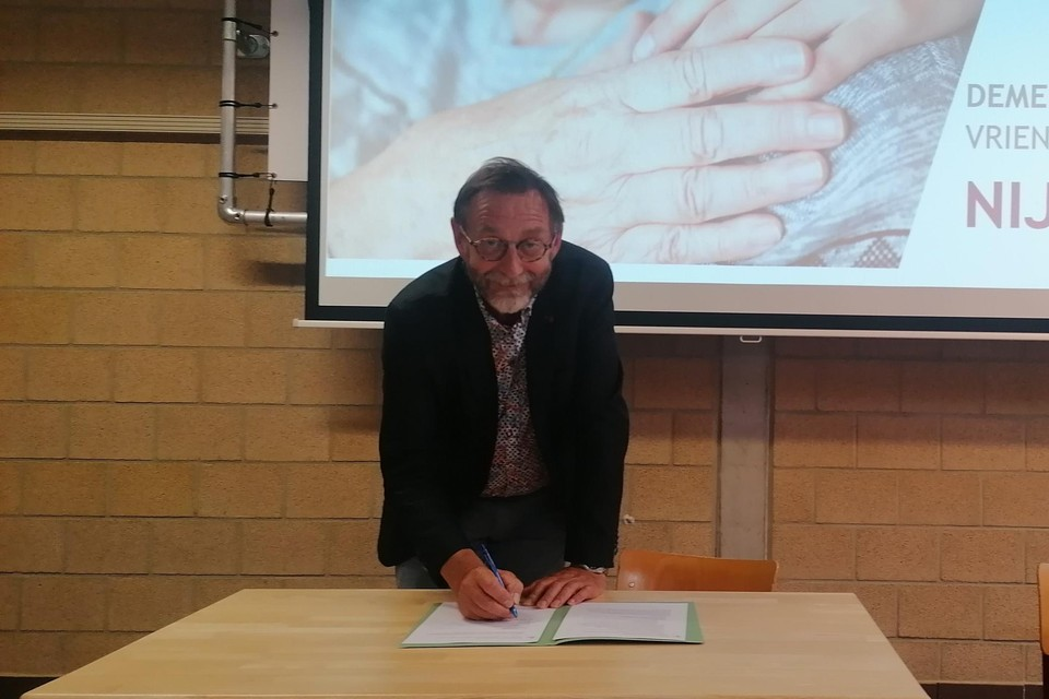 Ferdi Heylen ondertekent de engagementsverklring.