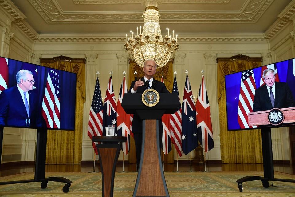 Australisch premier Scott Morrison, Amerikaans president Joe Biden en Brits premier Boris Johnson hielden een gezamenlijke persconferentie.
