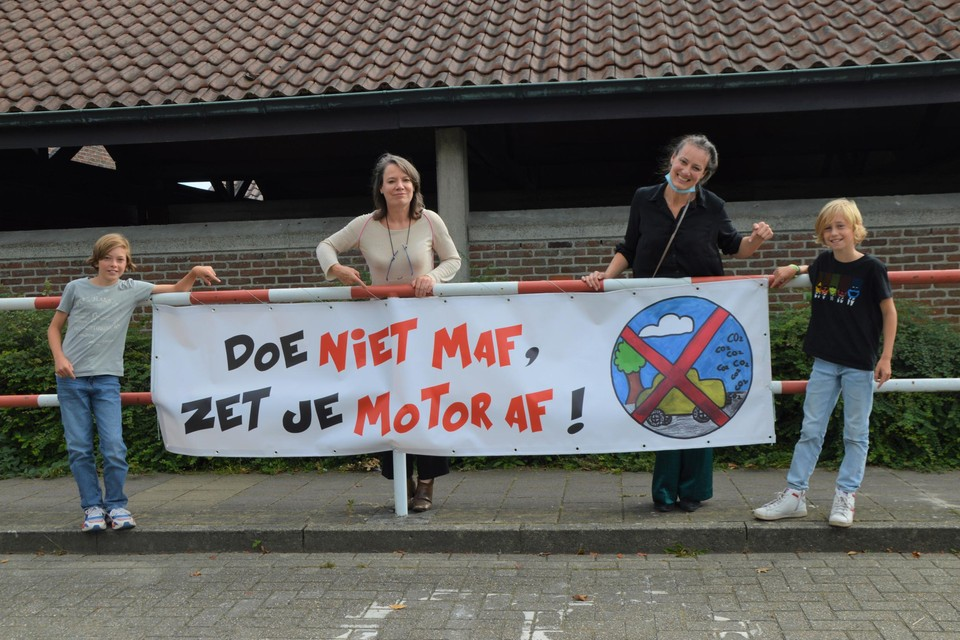 Nestor (11) en Gust (11) met hun slogan, geruggensteund door burgemeester Liesbeth Verstreken (N-VA) en klimaatambtenaar Els Beeckx.