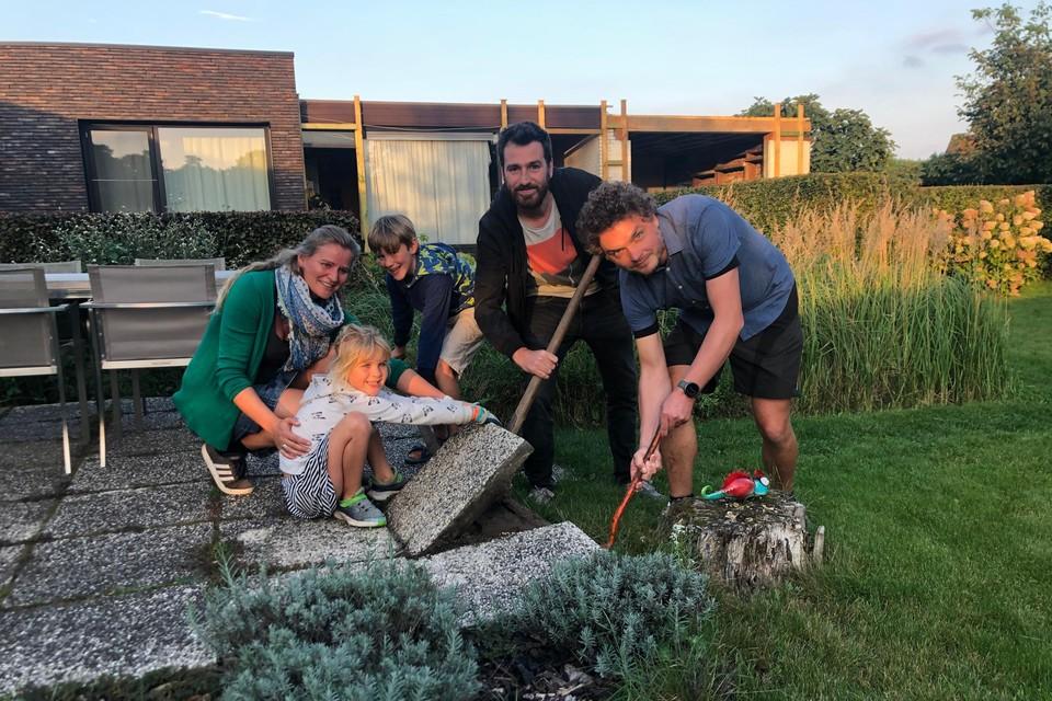 Leen Apers en haar kinderen Lukas en Kato uit Poederlee zijn samen met Wannes Van Coillie en Hans Vannuffelen al gestart met het verwijderen van een aantal terrastegels. Maandag start het Kempens kampioenschap tegelwippen.