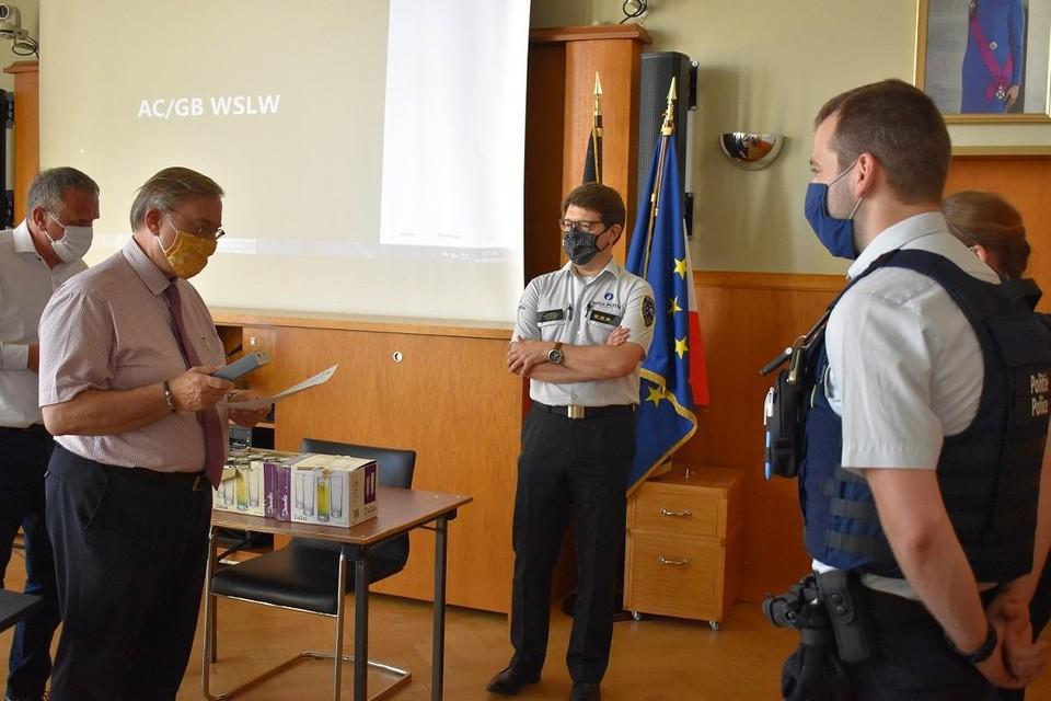 De agenten kregen felicitaties van de burgemeesters.