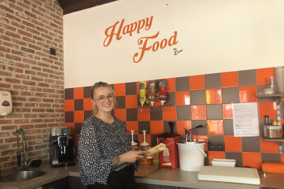 Démi voelt zich kiplekker in haar nieuwe zaak Happy Food.