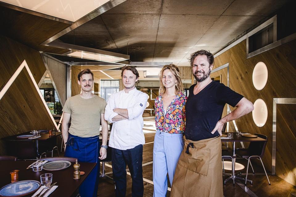 Broers Sebastian en Laurens Tas en eigenaars Caroline en Klaas.