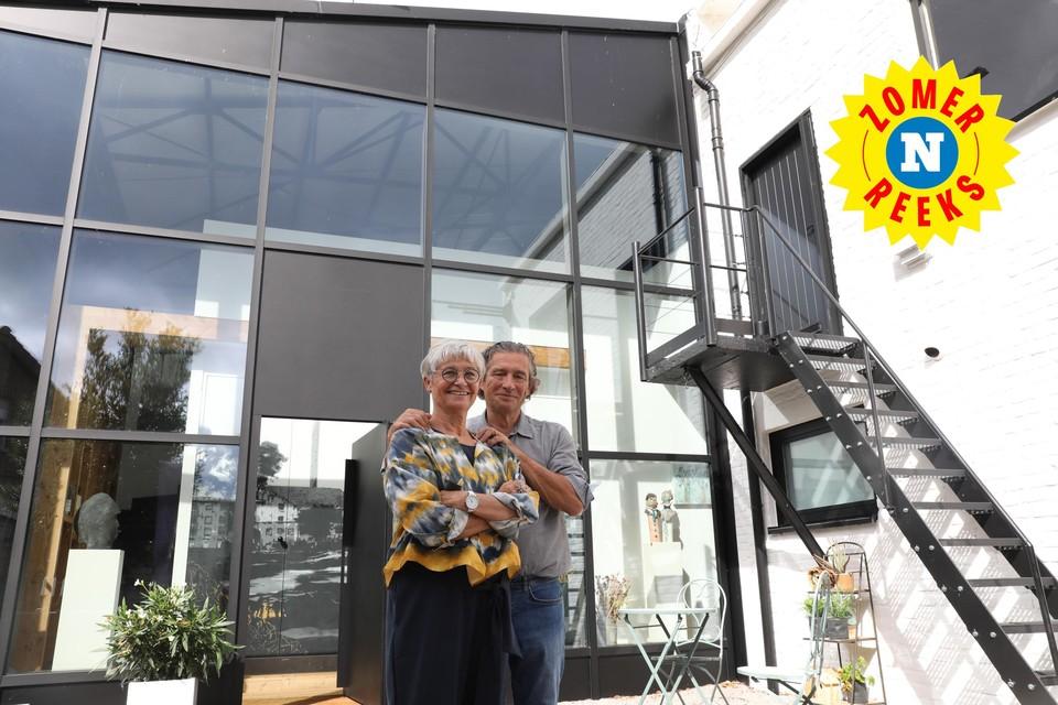 Chantal Bossuwé en Bernard Wante bij hun pareltje aan de Leie.