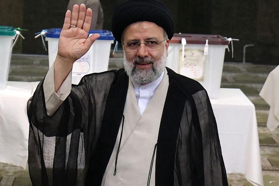 Topkandidaat Ebrahim Raisi maakte carrière in het Iraanse rechtssysteem. Hij zou in 1988 hebben toegezien op de executie van 5.000 regimekritische gevangenen.
