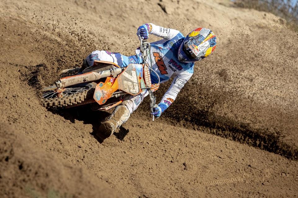 Liam Everts ploegt zich een weg door het mulle zand.